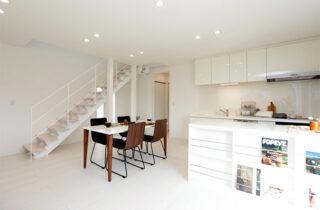 リビング - 施工事例 万代ホーム - 広々リビングとウッドデッキスペースに家事楽々動線のある2階建ての家