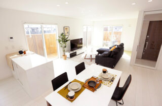ダイニング - 施工事例 万代ホーム - 広々リビングとウッドデッキスペースに家事楽々動線のある2階建ての家