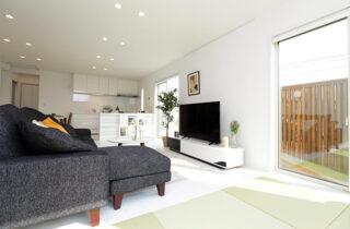 LDK - 施工事例 万代ホーム - 広々リビングとウッドデッキスペースに家事楽々動線のある2階建ての家